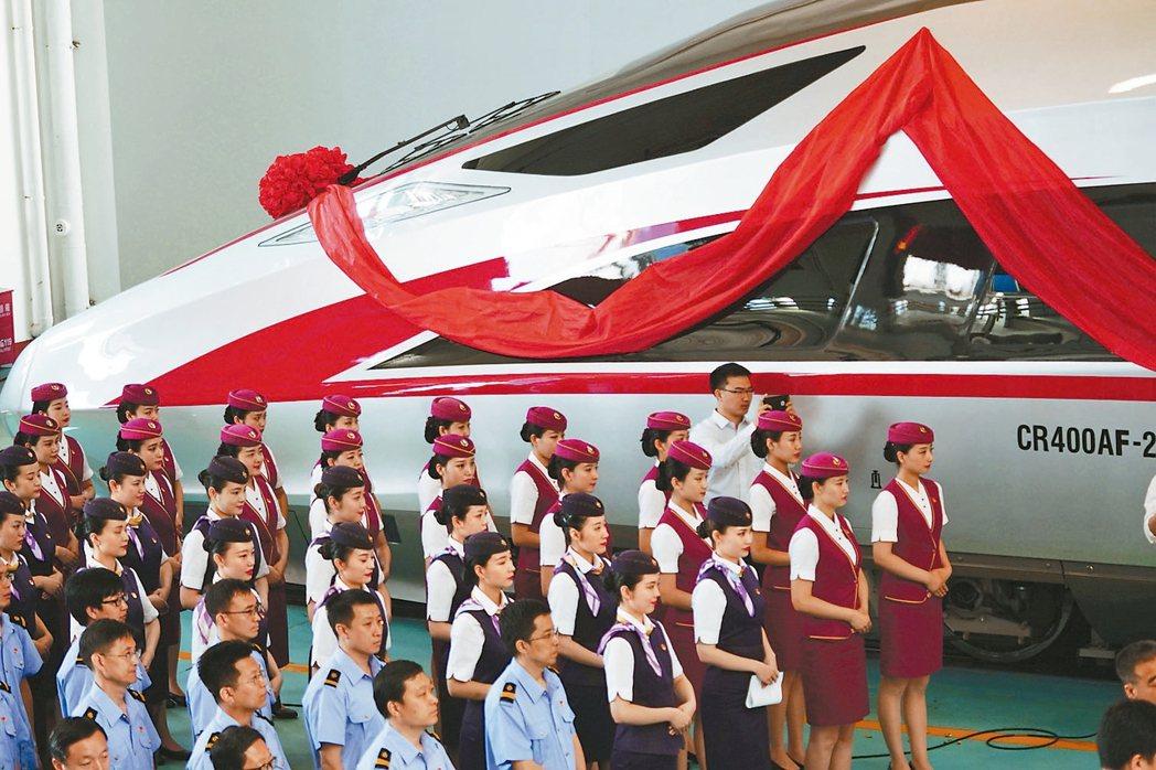 中國大陸標準動車組「復興號」命名儀式,25日在北京舉行。 新華社