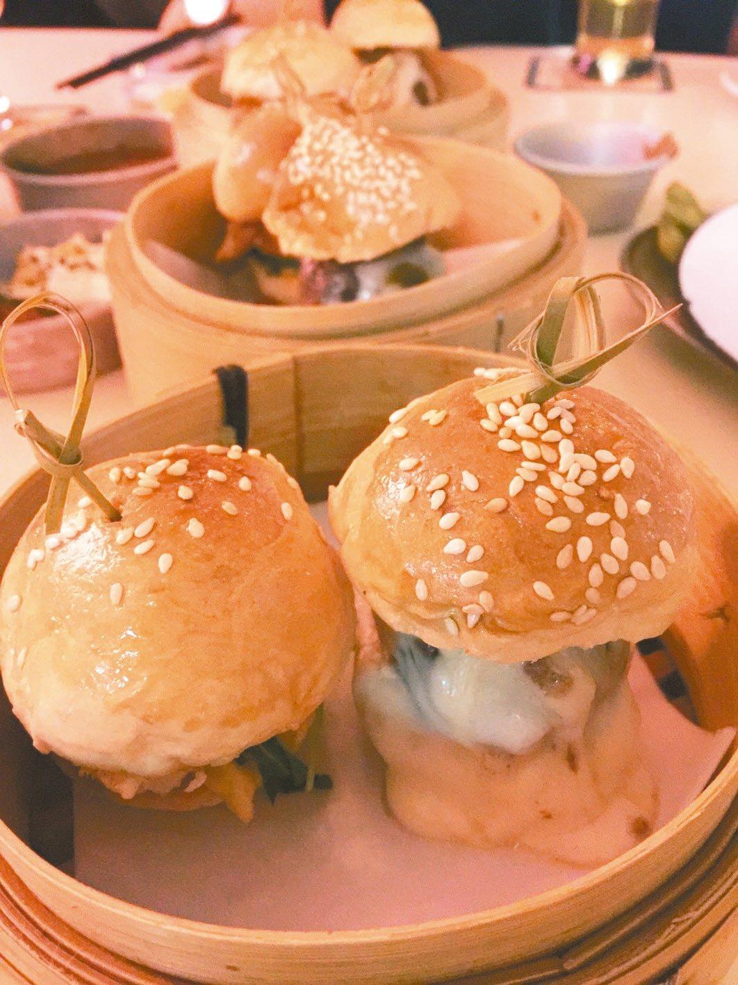 何蘭正的一口小漢堡。 記者羅建怡/攝影