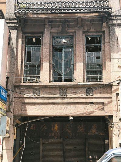 鹿港德成堂樓板傾塌,文化局啟動暫定古蹟程序,希望搶救這幢老建物。 記者林宛諭/攝...