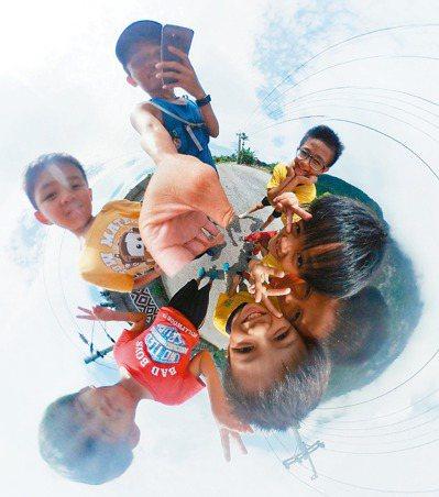 Samsung Gear 360的趣味環景照片,記錄下林明哲與花蓮崇德國小學童不...