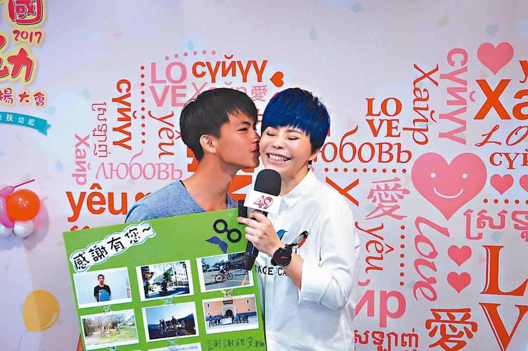藝人詹雅雯(右)和受扶學子李英賢相見歡。 記者施鴻基/攝影