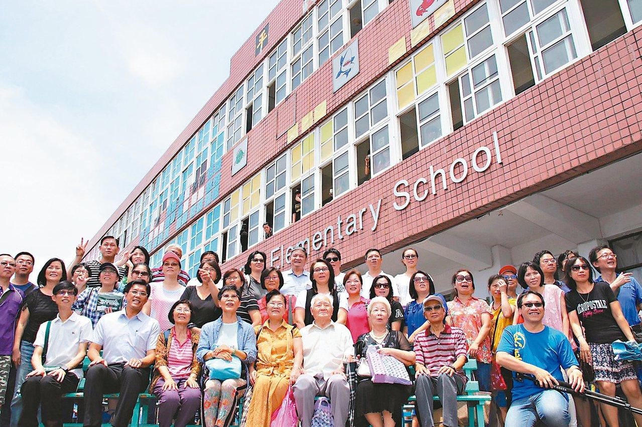 太平國小昨天舉辦「最後一次返校日」,畢業校友、退休老師在太平國小前合影留念。 記...