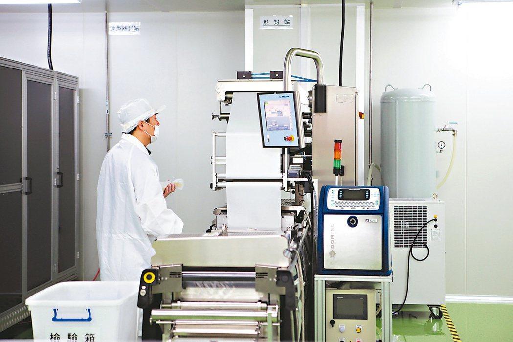 安美得作業人員在工廠內進行生產與查看。 圖/新北經發局提供