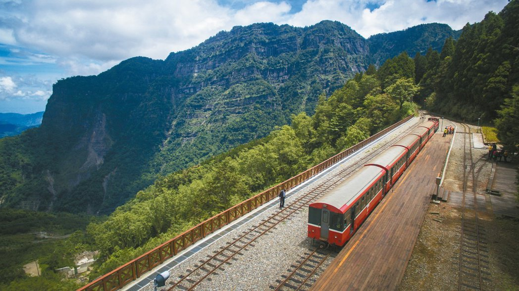 二萬坪車站與鄒族聖山塔山近距離,被稱為最美的車站。 圖/志工賴國華提供