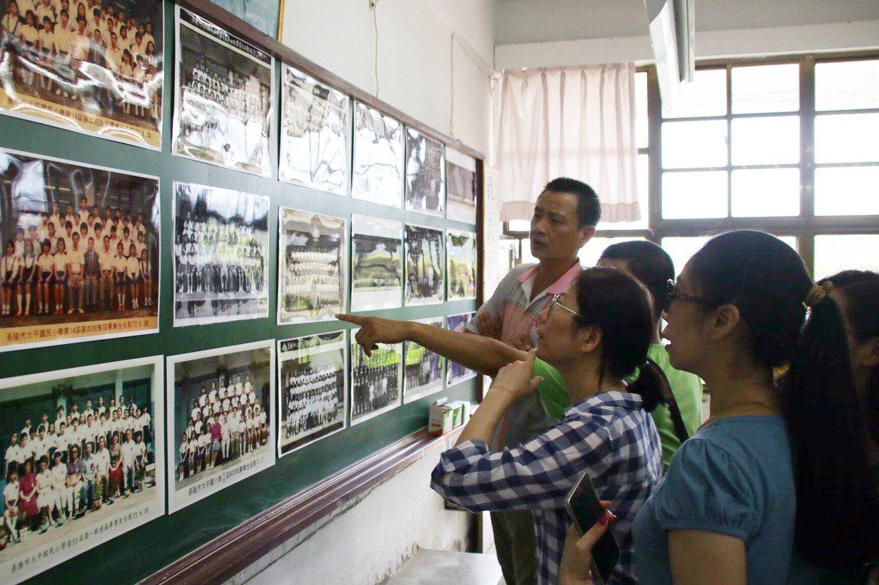 校友們從一張張畢業舊照,找尋往日身影。 記者曾健祐/攝影