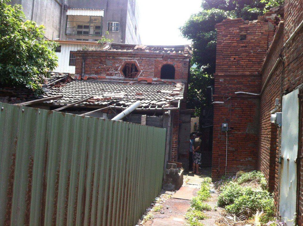 德成堂後方是至少200年歷史的傳統長條街屋,還有現在少見的「銃櫃」,圖中右上方「...