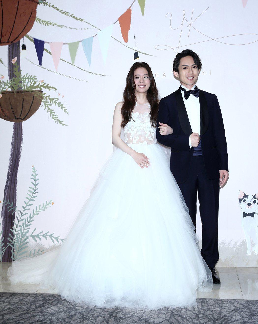 林宥嘉(右)與丁文琪(左)舉行婚禮,害羞的兩人難得公開接吻,只吻三個角度每次兩秒...