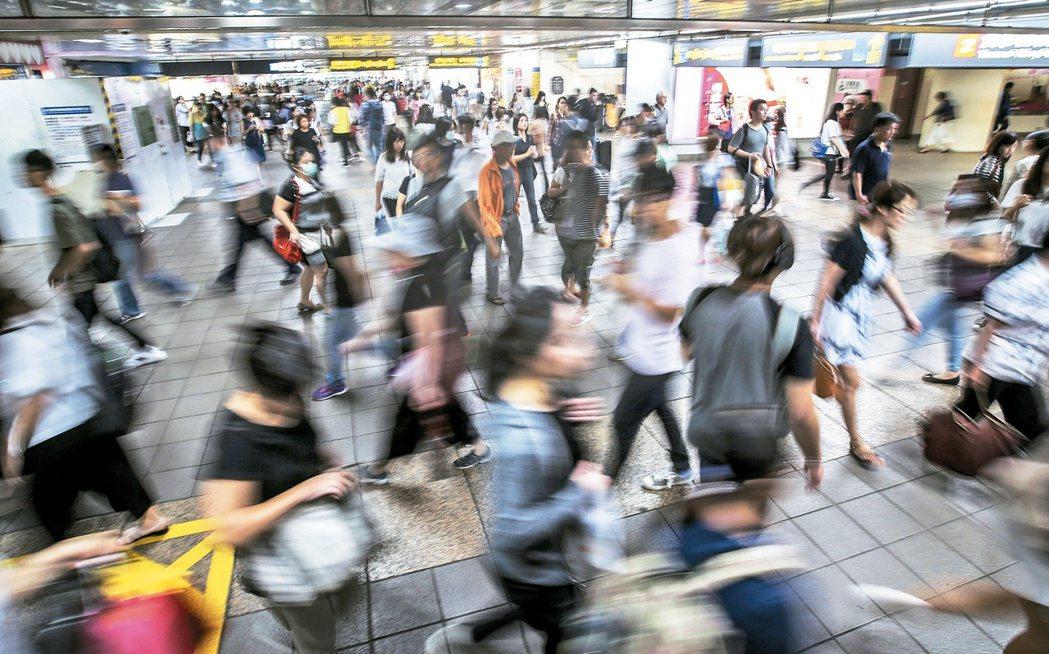 勞動部調查發現,國內不少企業低報員工薪資,雇主可因此減少保費,卻影響勞工各項勞保...