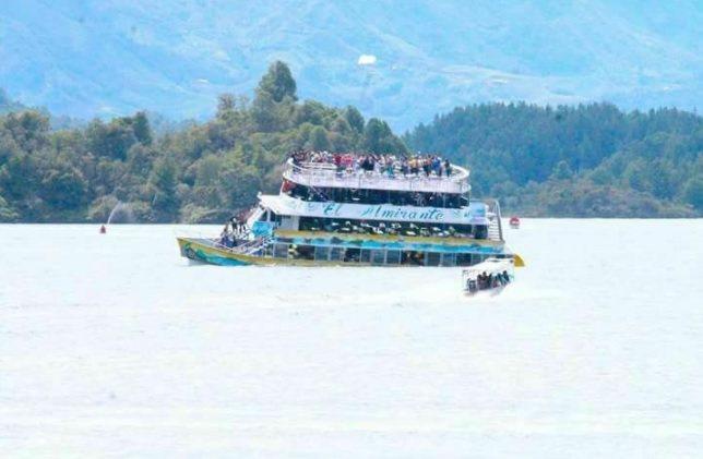 1艘載有大約150名遊客的船今天在哥倫比亞的埃爾佩尼奧爾水庫沉沒,目前有3人喪生...