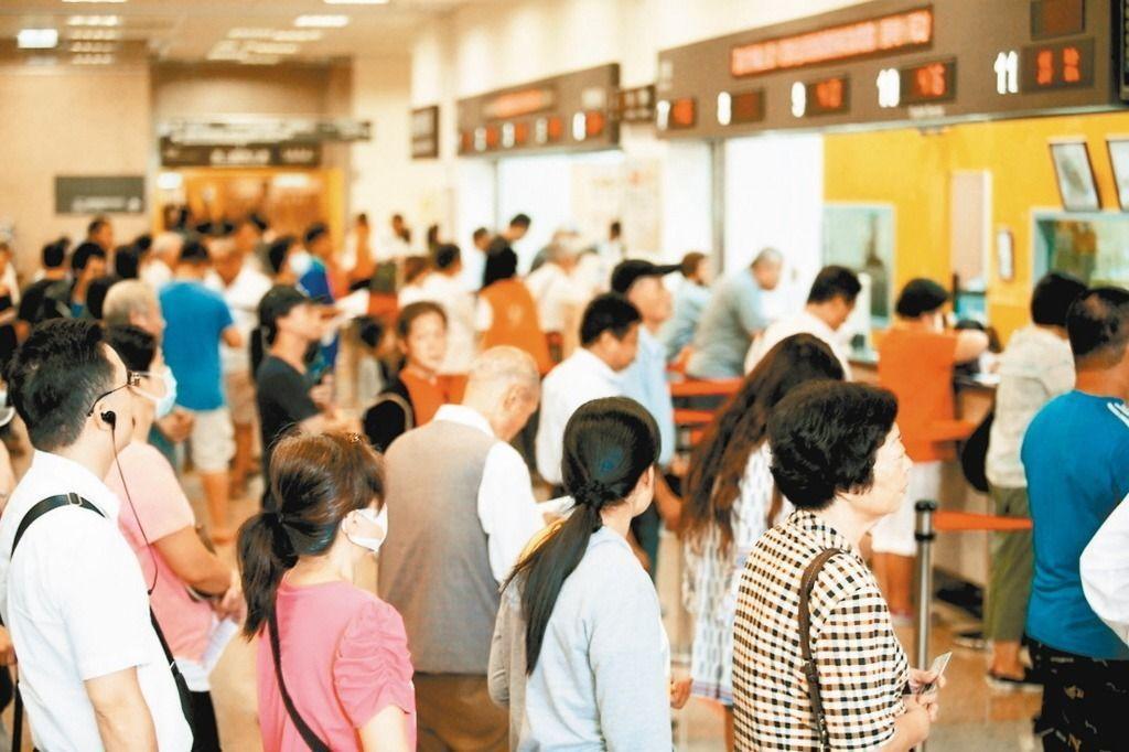 國內流感疫情持續緩升,衛福部疾管署呼籲,醫院、學校、安養護與托嬰中心等人口密集機...