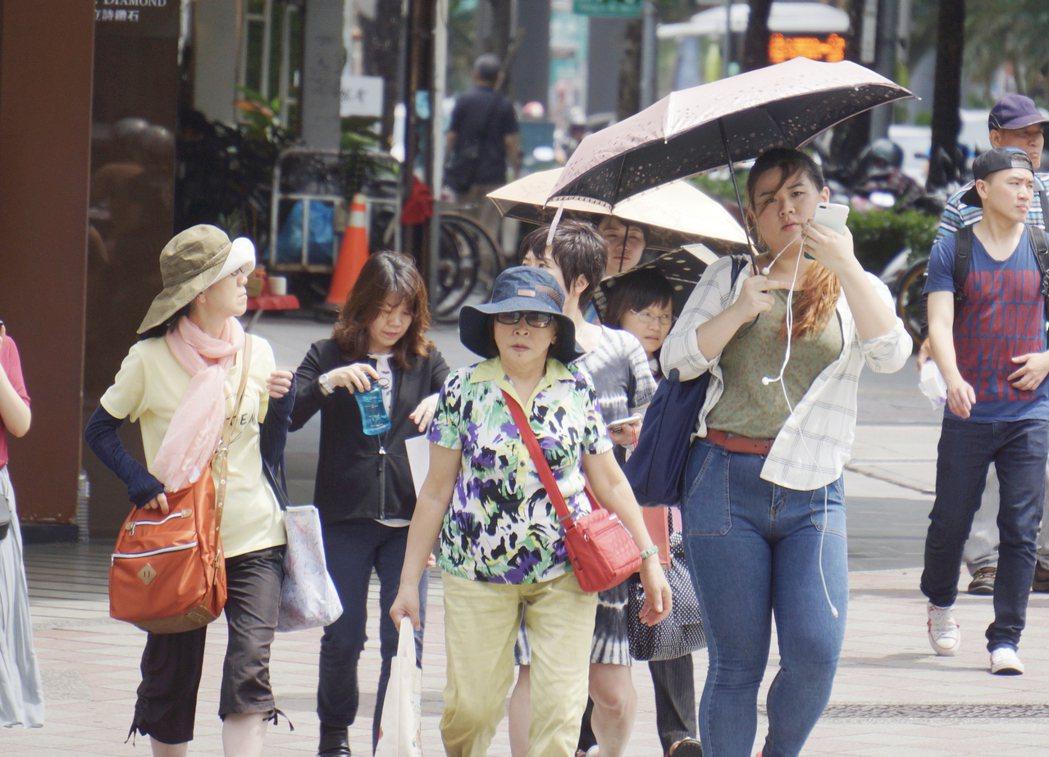 民眾要注意防曬,多喝水、避免中暑。中央社
