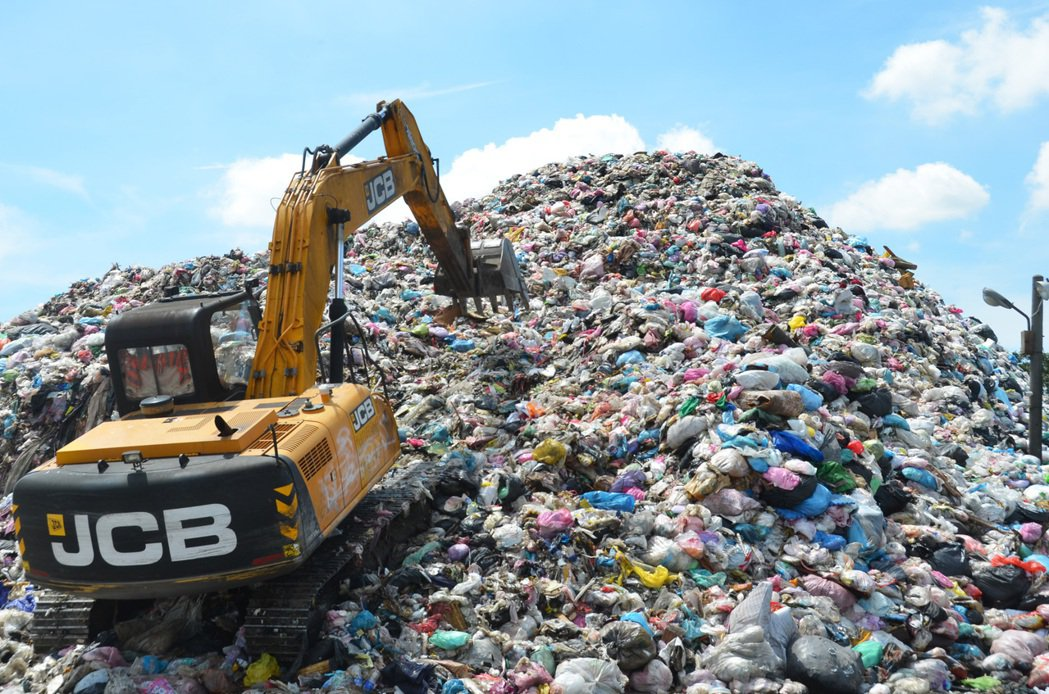 斗六垃圾堆置8000公噸、4層樓高(圖),市公所、代表會及里長26日抗議宣布停收...