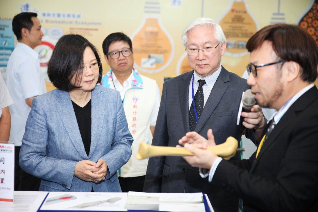 總統蔡英文(前左)26日上午到新竹生物醫學園區生醫科技與產品研發中心,視察「生醫...