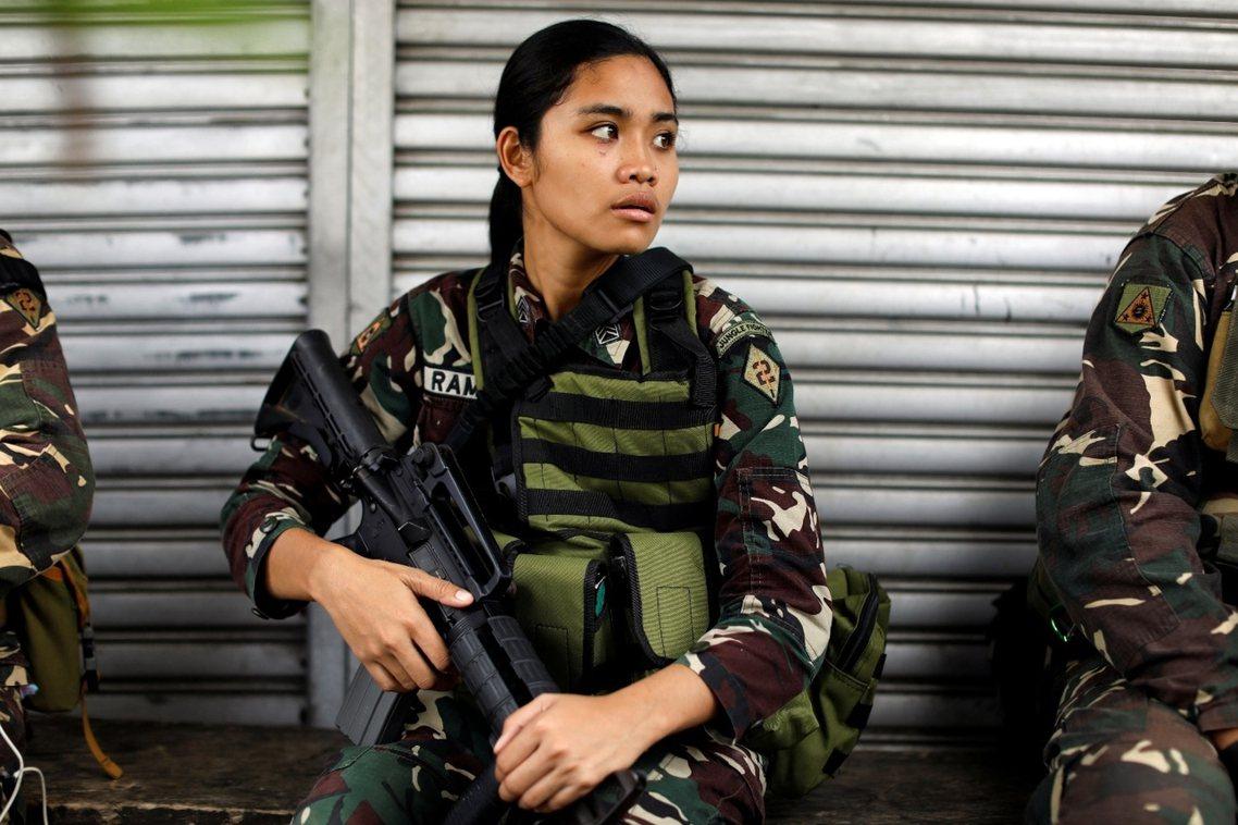 馬拉維前線,趁著開齋節停火空檔休息的菲律賓女大兵。 圖/路透社