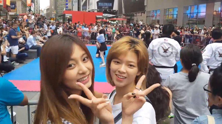 成員定延、子瑜更在時代廣場巧遇街頭藝人表演歌曲「TT」,沒人認出原唱就正在場聆聽