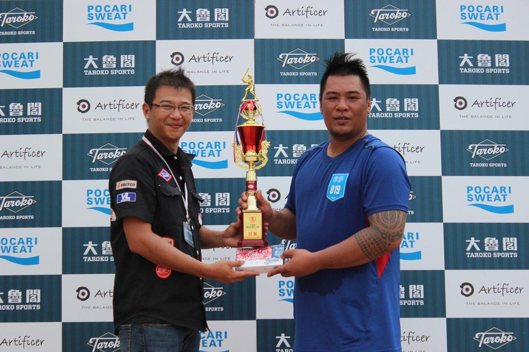 林志祥(右)選手成為新科的大魯閣全壘打王。 大魯閣打提供
