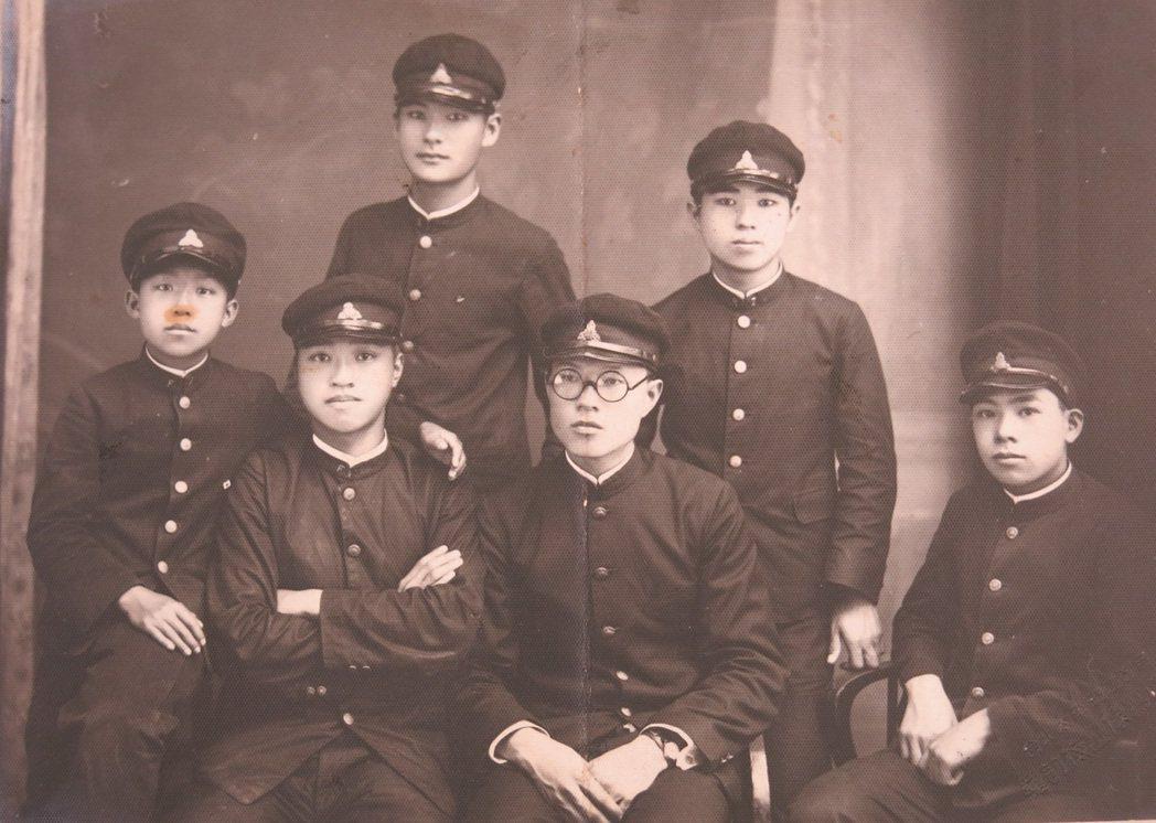 日本時代,穿上制服的臺灣男性期望與日本男人平起平坐,自有一股氣勢。圖/國立臺灣歷...
