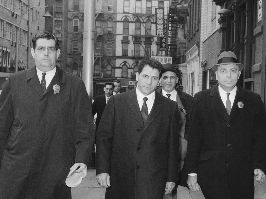 法蘭奇斯(中)在1966年被紐約警方逮捕歸案。圖片來源/獨立報