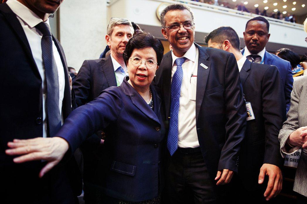 來自衣索比亞的艾德哈諾姆(右)在非洲50餘國鐵票的傾力灌注下,即將從現任秘書長陳...