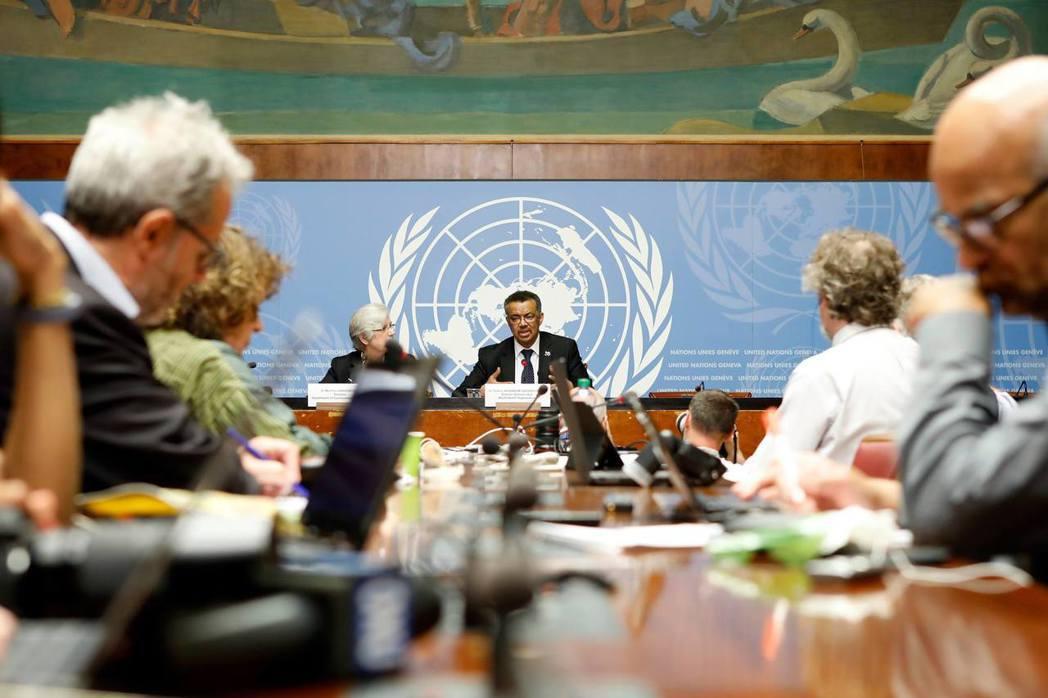 艾德哈諾姆(中)他非洲人的身份,是否能為世界衛生組織贏得非洲國家的信任,以順利贏...
