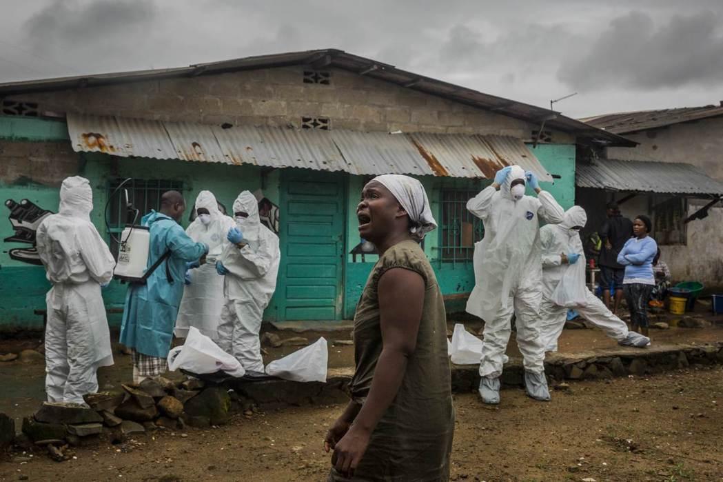 由於預算嚴重不足,以前早先時刻對於緊急疫情應變相關人員的裁撤,世界衛生組織在伊波...