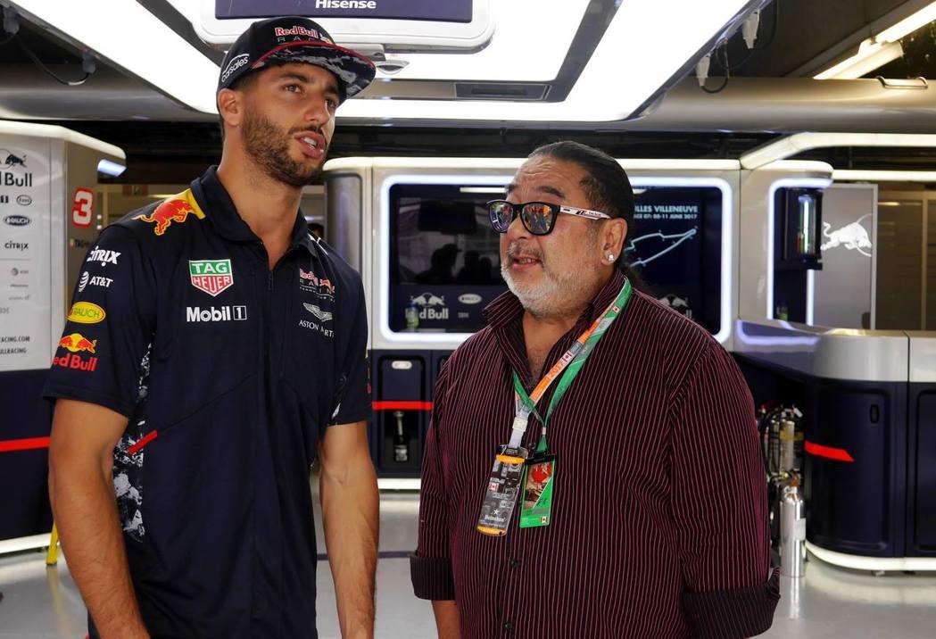 知名賽車主播龔懷主(羅賓)與紅牛車手Daniel Ricciardo。 記者陳威...