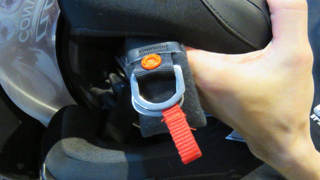 安全帽的D扣環設計,可牢牢套住頸部,騎戴時更安全。 記者張弘昌/攝影