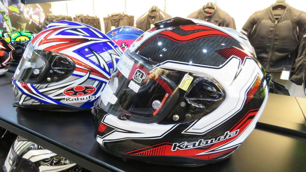知名賽車手代言安全帽款(前),輕盈碳纖維結構,與一旁複合材質同款系安全帽,價格差...