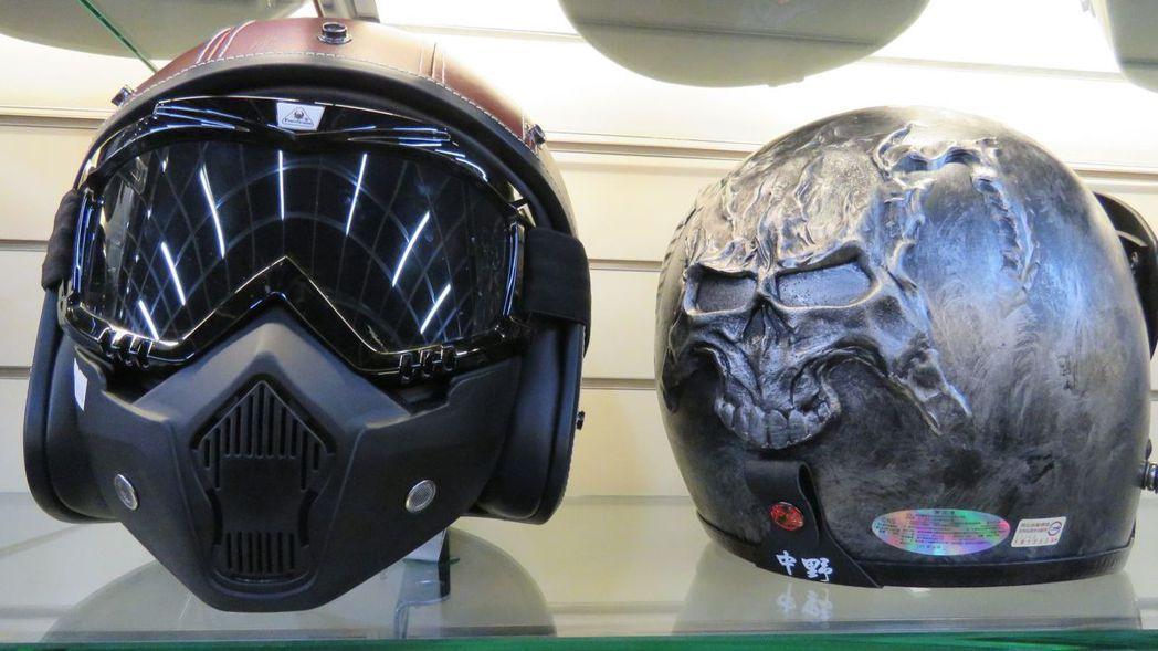 機車安全帽款式新穎、推陳出新,這款後方有骷髏頭印記,前方則是仿生化、星際大戰面罩...