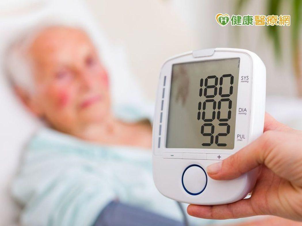 醫師表示,主動脈瓣膜狹窄患者,血壓不一定比較高,因此常忽視其嚴重性,提醒民眾,多...