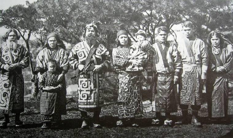 1904年的愛努族人照片。圖/取自Wikimedia。
