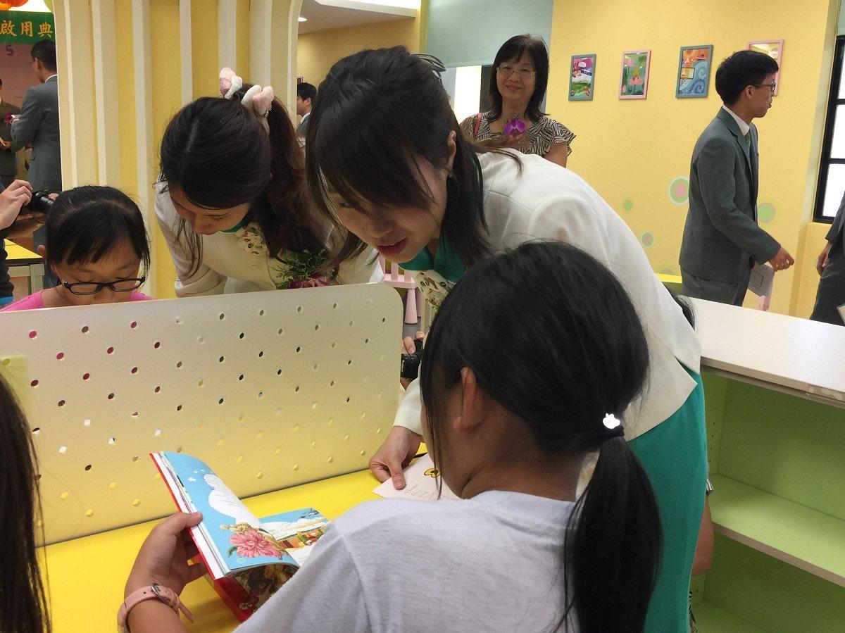 淡水區育英國小玉山圖書館啟用,黃色系列的內裝設計呈現南瓜特色課程與食農教學,增添...