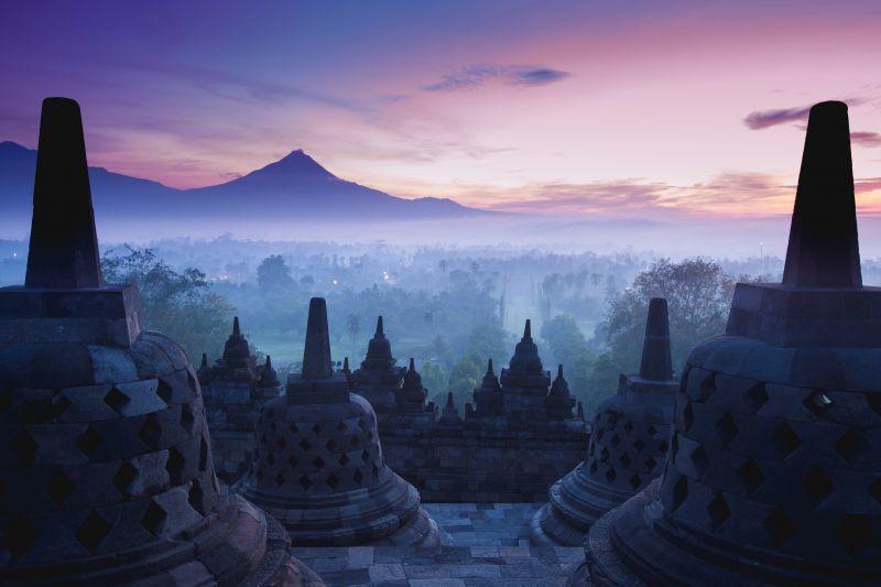 許多旅人不惜花費昂貴的門票,也要在迷霧中,看見婆羅浮屠那華麗的日出美景。