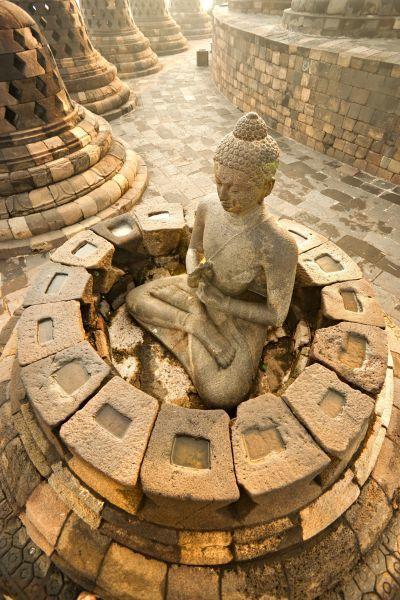 部分佛像已無鐘罩所保護,為避免遊客破壞,政府會派人巡迴檢查。