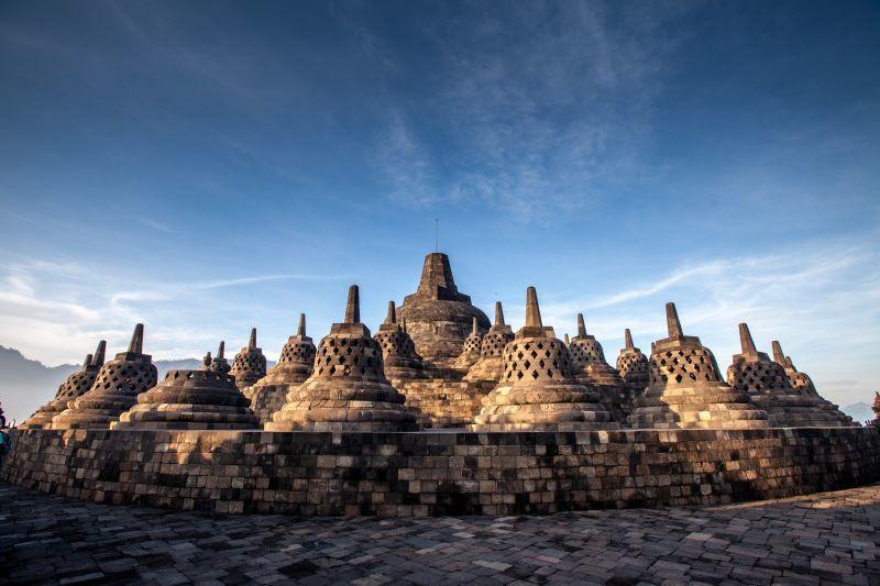 頂部的 中央穹頂由72座舍利塔所環繞,每座裡並具有尊佛像。