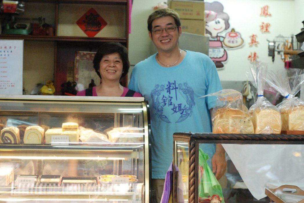 萬華一肥仔麵店兼賣蛋糕,背後原因是老闆娘洪佩瑜(左)對兒子孫亦德放不下的牽掛。記...