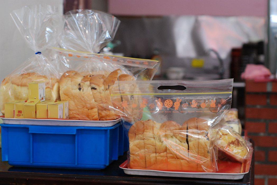 一肥仔麵店兼賣蛋糕,蛋糕就擺在麵店一隅。記者吳思萍/攝影