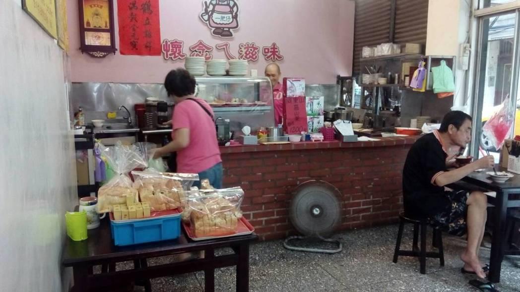 傳統麵店一角兼賣蛋糕,背後原因是父母對子女的牽掛。記者吳思萍/攝影