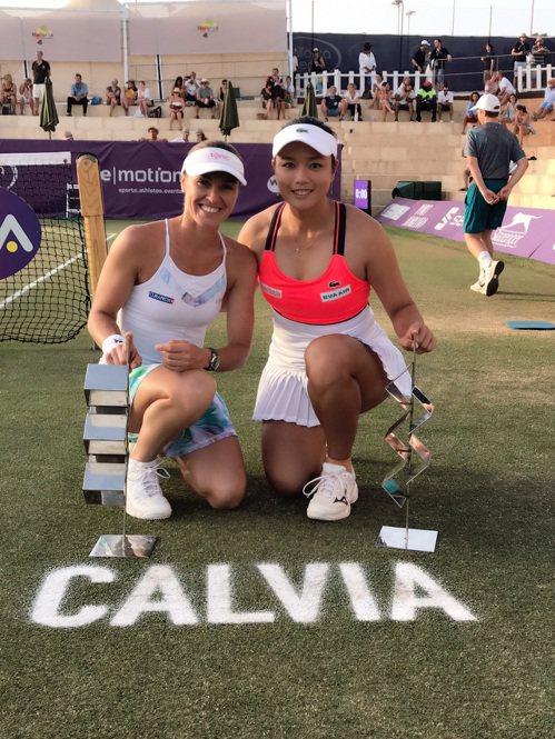 詹詠然(右)和辛吉絲捧馬約卡女網雙打冠軍。圖/詹詠然提供