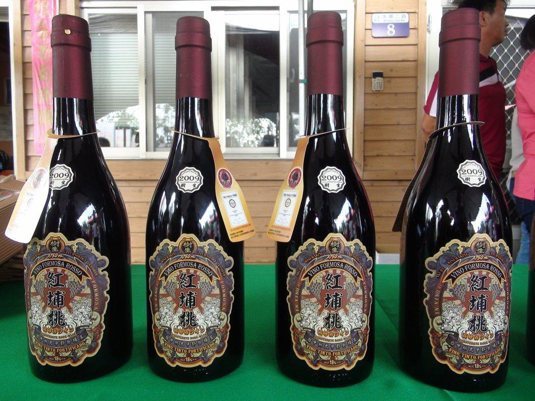 樹生休閒酒莊以黑后葡萄釀製的「紅埔桃酒」,今年在第20屆德國世界酒類競賽中摘下金...
