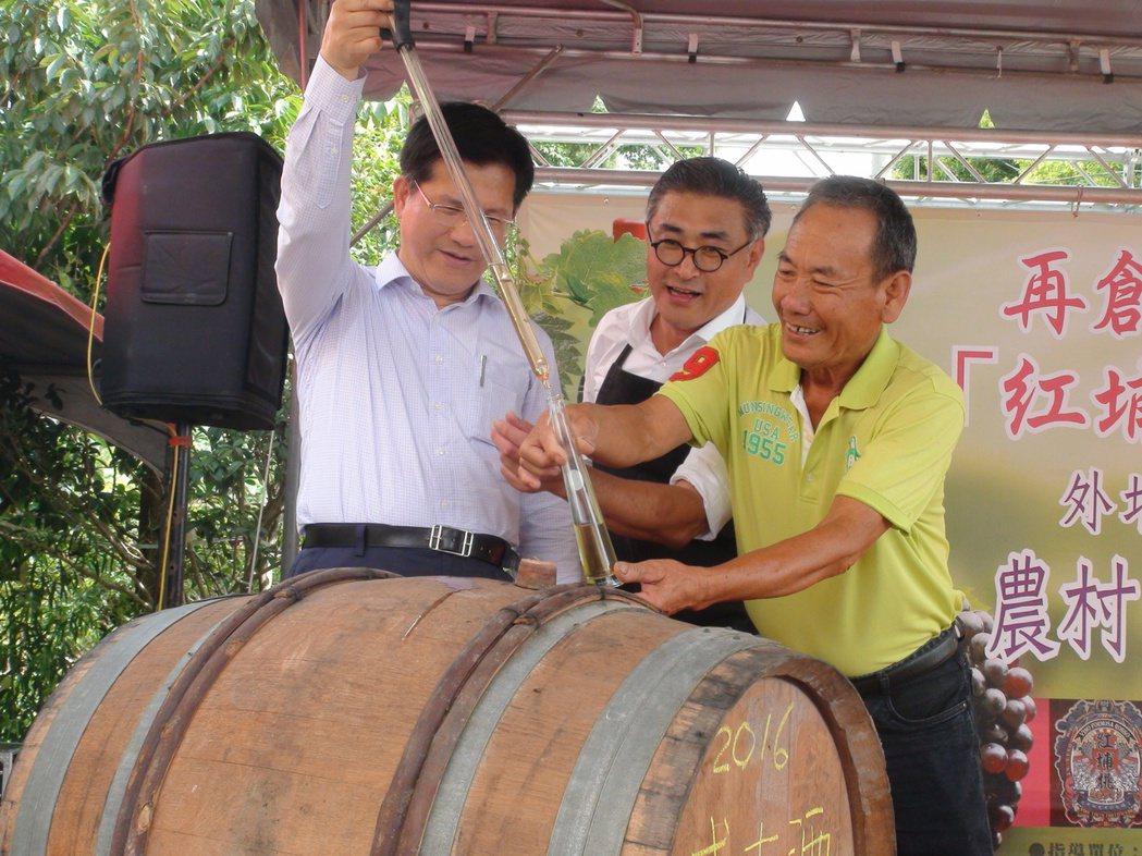台中市長林佳龍(左)昨前往樹生休閒酒莊親自舀酒。記者余采瀅/攝影