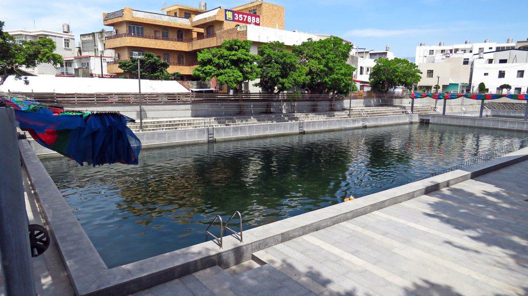 在日治時期開鑿至今的台東湧泉公園,今年委外後泳客抱怨不斷,台東市公所今天收回經營...