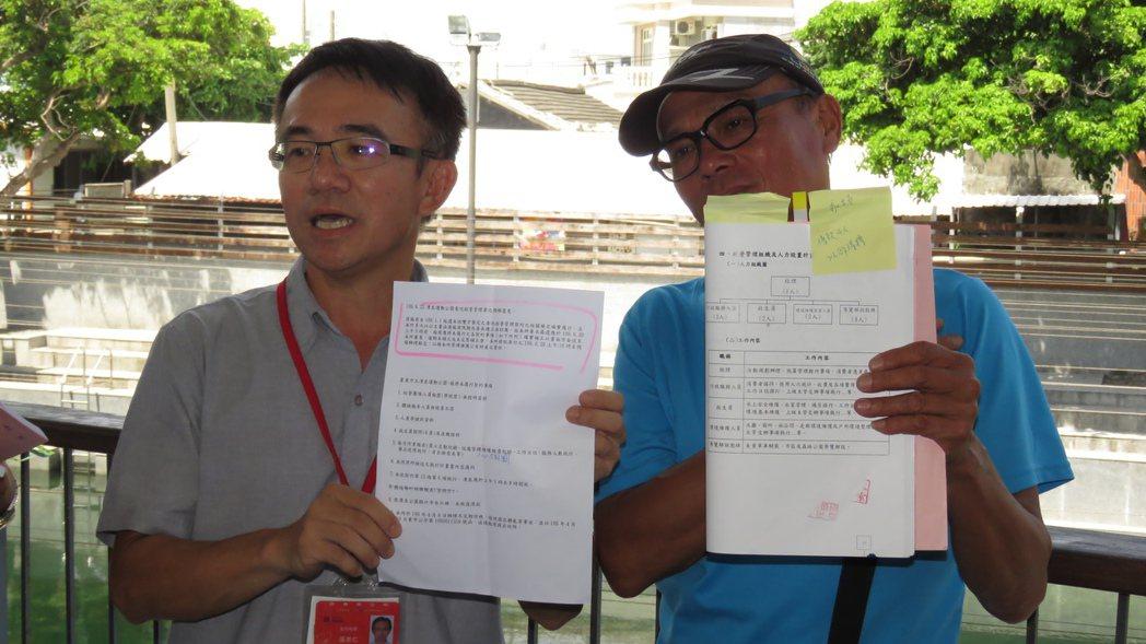 台東市公所主秘溫忠仁(左)與業者林仁秋(右)各拿出書面資料,為自己說法佐證。記者...