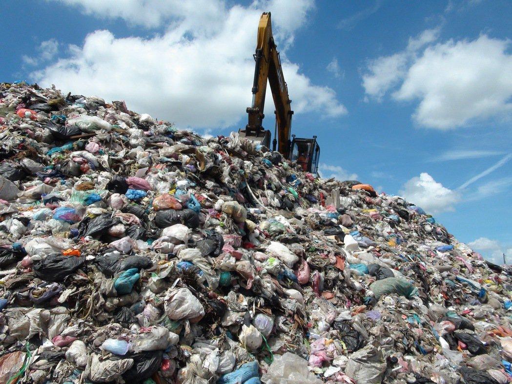 雲林縣斗六市垃圾轉運站今年3月10日起垃圾只進不出,已堆出8千多噸的垃圾山,市公...