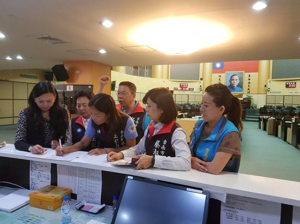 台南市國民黨籍議員上午到議會簽到開會,但是後面的議事廳卻空蕩蕩。 記者修瑞瑩/攝...