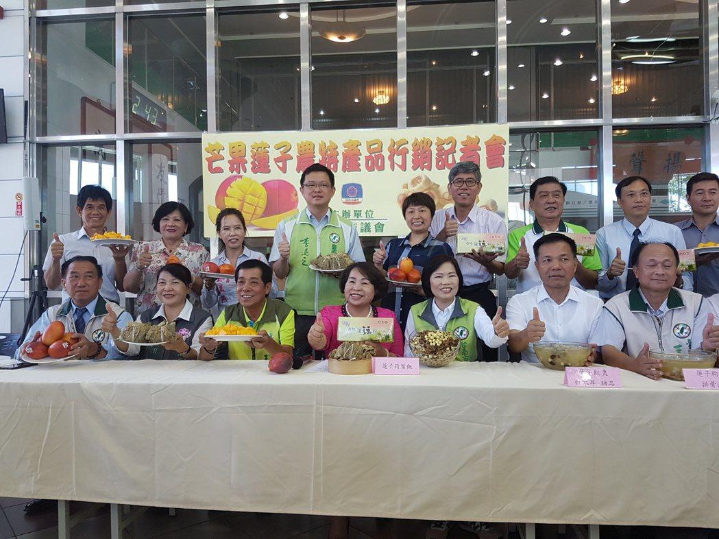 台南市議會議長賴美惠(前排中) 上午參加農產品推介會時表示上週五的閉會一切合法。...