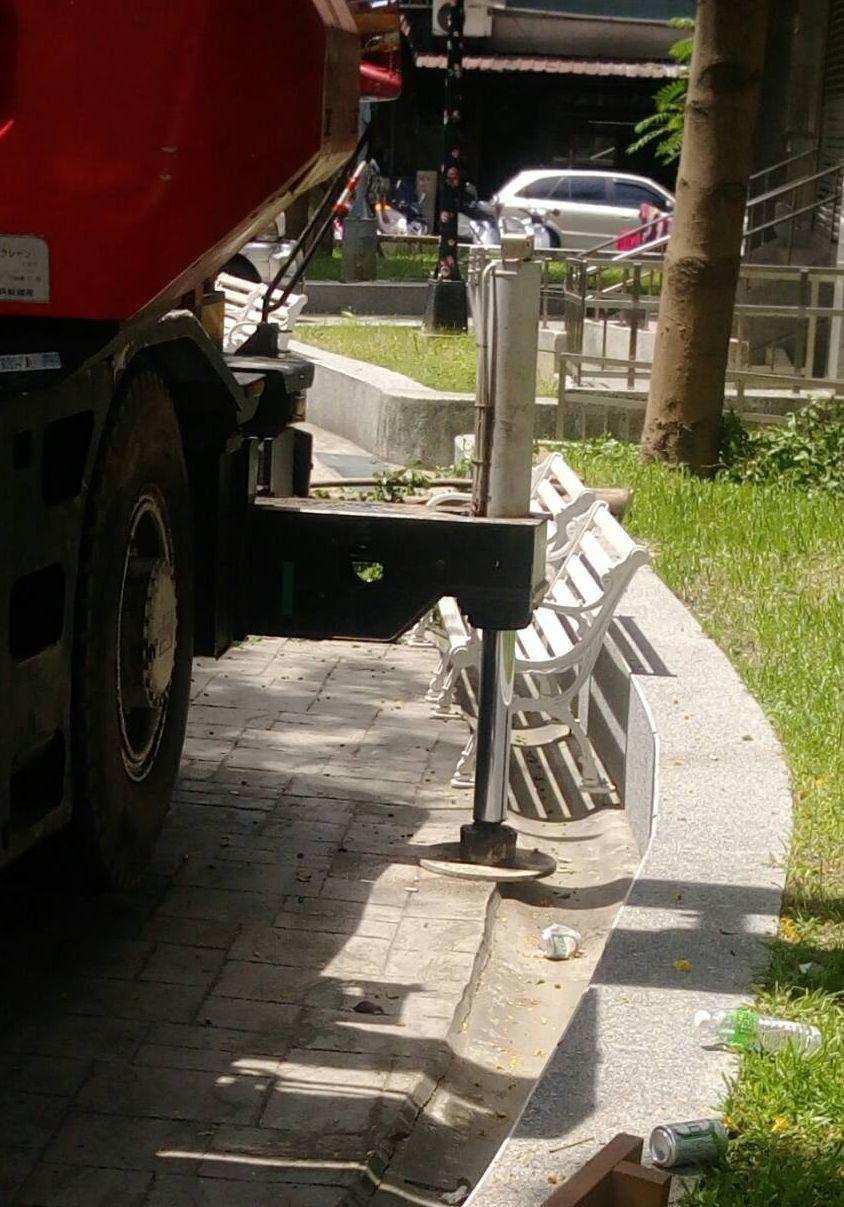 事故原因初步檢視,疑因支撐腳架沒有妥善置於平整地面。 記者林昭彰/翻攝