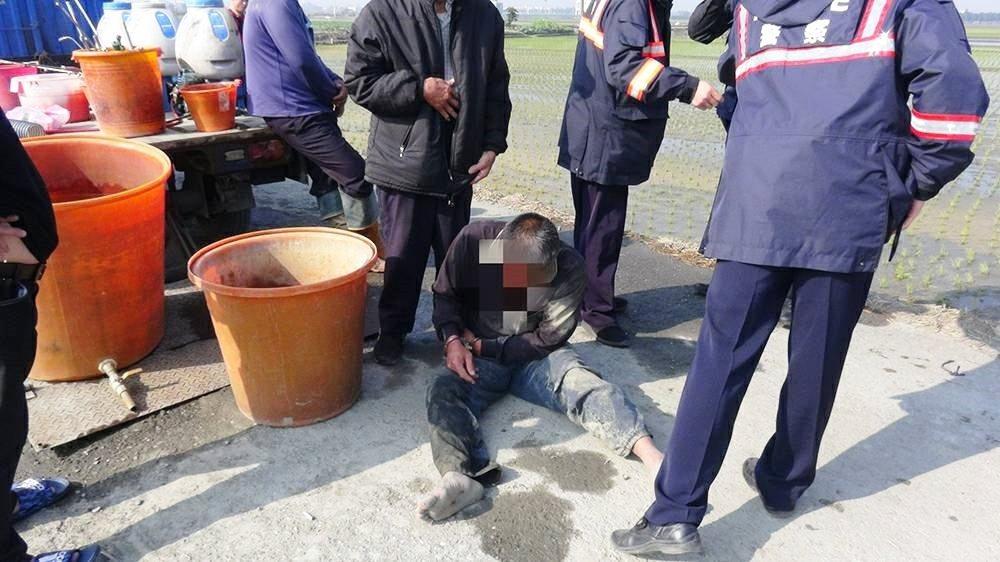 蔡姓男子因與鄰田農夫起口角就開槍,被制伏後頹坐在地。圖/本報資料照