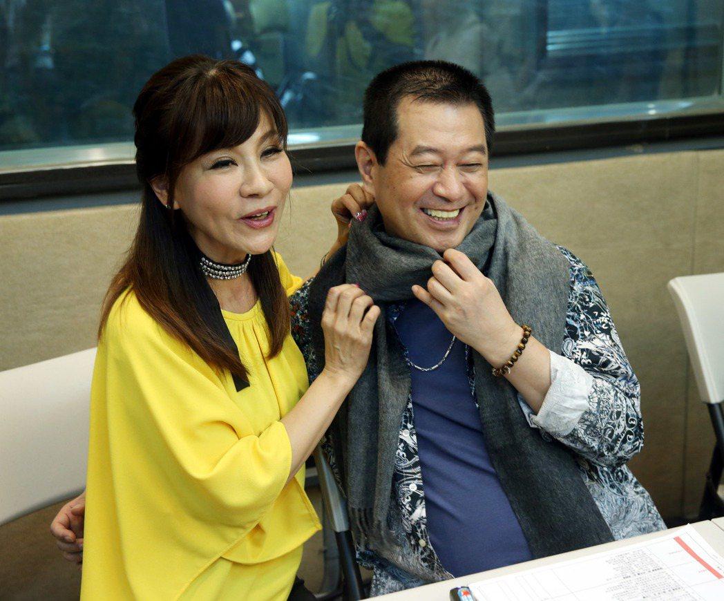 蔡小虎為「福虎生風 幸福送乎你」演唱會進錄音室練唱,龍千玉怕他感冒送上圍巾。記者