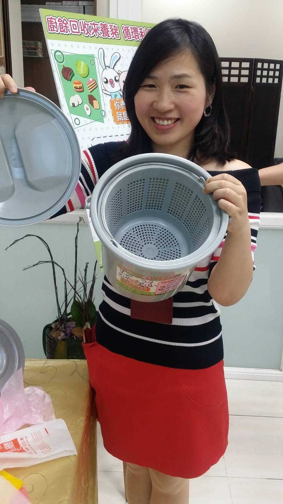 嘉義市環保局科長孫意惇展示廚餘桶,凡持5個乾電池或10個乾淨塑膠袋即可兌現1只廚...